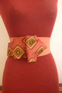 Strange ties from the 1970s are an excellent excuse, when they are joined together and decorated with buttons, to wear exciting belts. To sprinkle joie-de-vivre to all garments! cinture vintage cucite assieme diventano cinture da legare in vita!