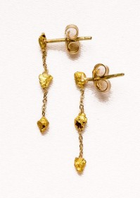 These delicate golden earrings are rendered unique by the insertion of small nuggets of gold found in the Australian desert (Leonora Goldfields) ~ Orecchini in oro resi unici da pepitine grezze provenienti dal deserto australiano di Leonora Goldfields