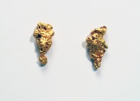 These golden earrings are rendered unique by the insertion of small nuggets of gold found in the Australian desert (Leonora Goldfields) ~ Orecchini in oro resi unici da pepitine grezze provenienti dal deserto australiano di Leonora Goldfields